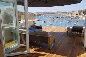 Penthouse in Birgu with harbour views and jacuzzi.
